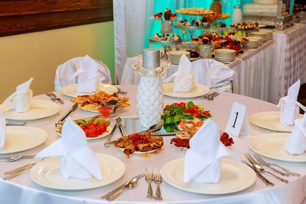 음식과 음료가 있는 테이블