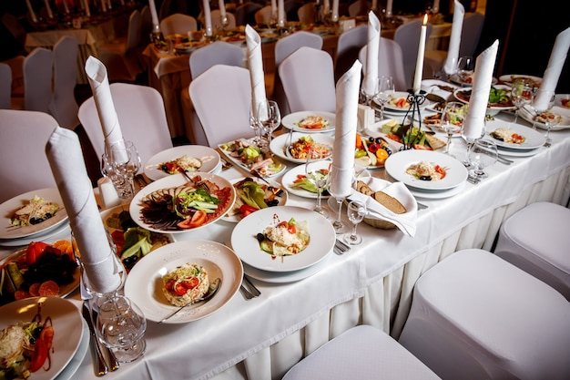 宴会の前に食べ物のあるテーブル。ゲストホールの準備ができました。