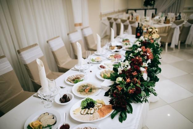 레스토랑에서 축제 저녁 식사를위한 음식이있는 테이블