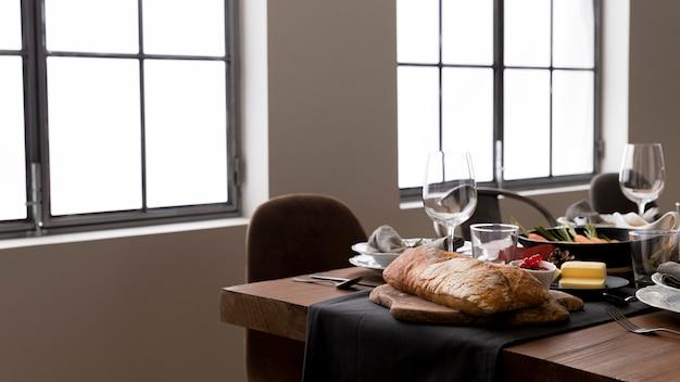 感謝祭のお祝いのための食物と一緒にテーブル
