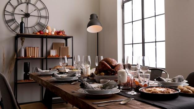 感謝祭のイベント用の食べ物が入ったテーブル