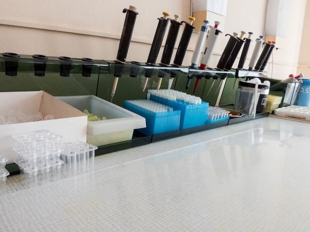 혈액 샘플 분석을 위한 의료 실험실 기기가 있는 테이블