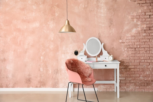 현대적인 탈의실에 거울과 메이크업 화장품이 있는 테이블