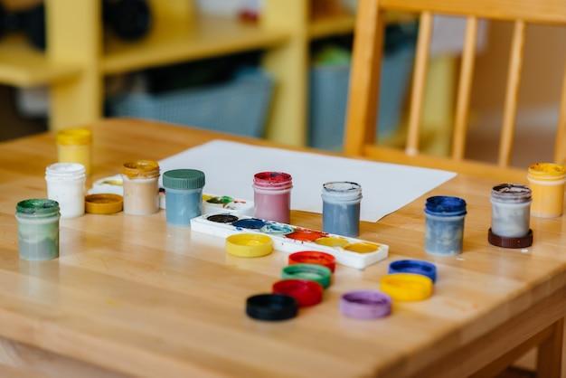 클로즈업 그리기위한 페인트 테이블입니다. 창의력, 취미.