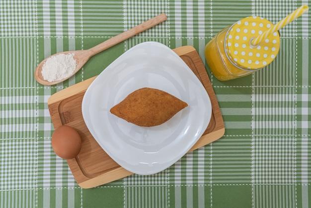 Tavolo con diversi snack brasiliani