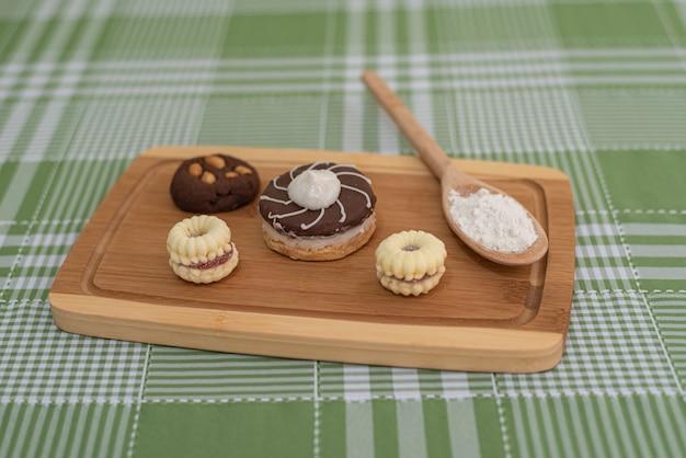 Tavolo con diversi snack brasiliani Foto Gratuite