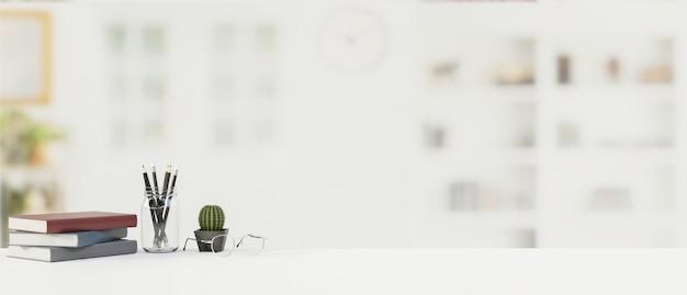Стол с канцелярскими принадлежностями, канцелярскими принадлежностями и копией пространства с размытым офисным фоном, 3d-рендеринг, 3d-иллюстрация