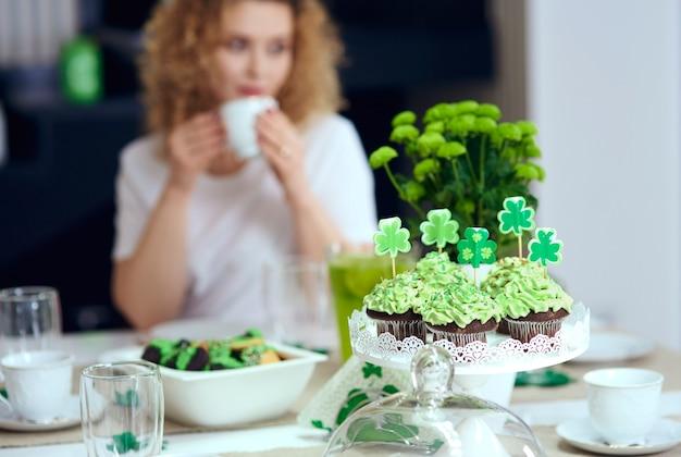 아일랜드 파티에서 달콤한 음식이 담긴 테이블