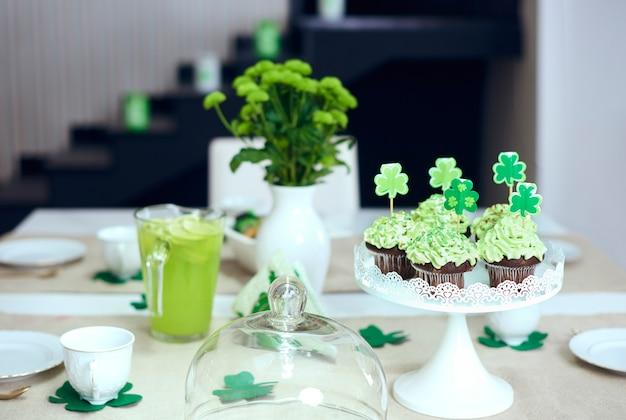 Стол со сладостями в день святого патрика