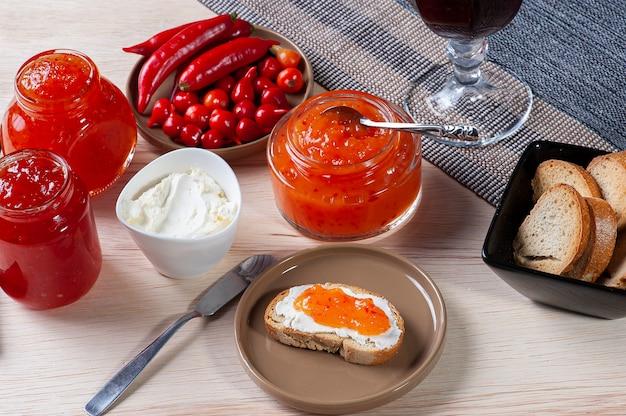 응유와 후추 잼을 곁들인 토스트 테이블. 포도 주스 한 잔