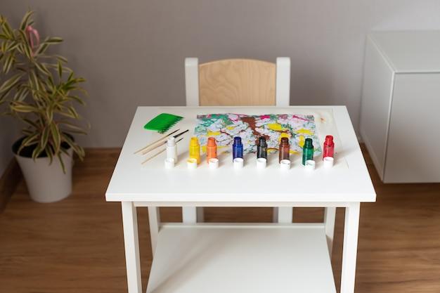 墨流し技法で描くためのツールとアクセサリーを備えたテーブル