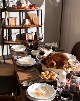 感謝祭の日のお祝いのための伝統的な食べ物のテーブル