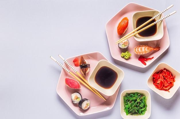 Стол с традиционной японской кухней, вид сверху.