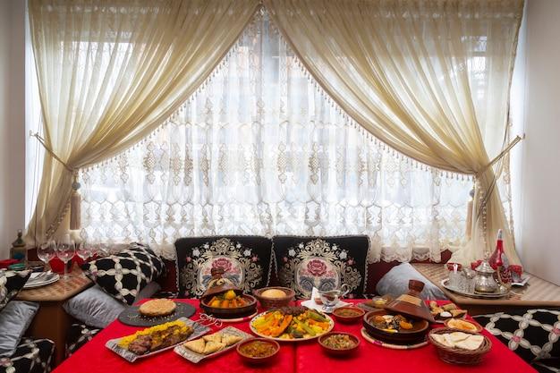 典型的なモロッコ料理のテーブル