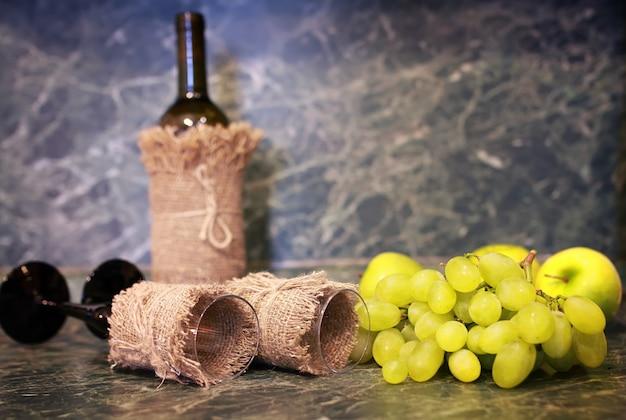ワインボトルブドウのテーブル