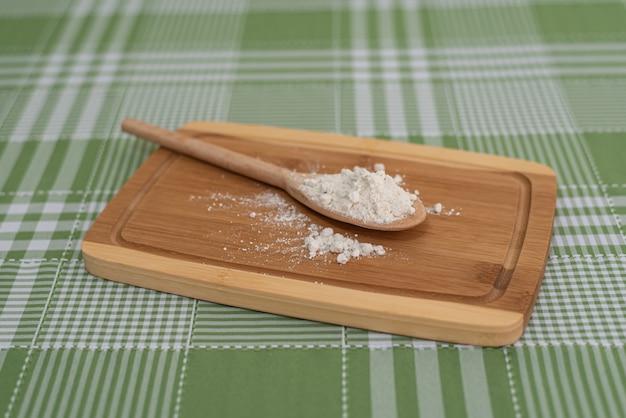 Tavolo con cucchiaio di legno con farina