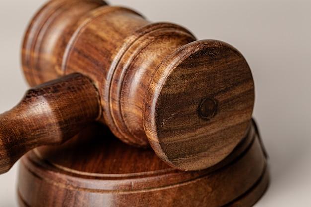 テーブルの上の木製裁判官小tableをクローズアップ
