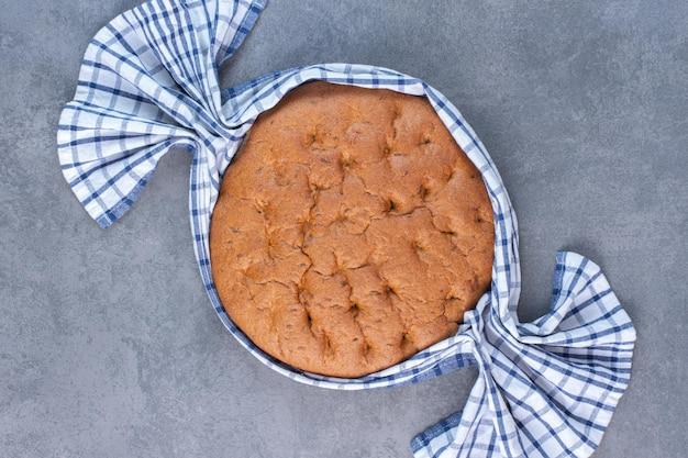 대리석 바탕에 둥근 빵 덩어리 주위 식탁보. 고품질 사진