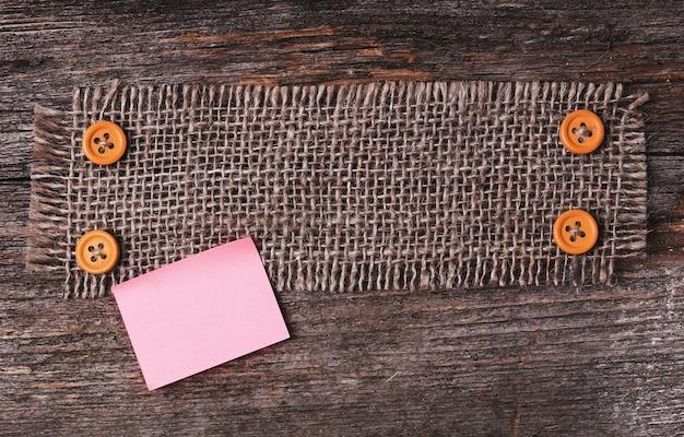 Рамка скатерти на деревянной текстуре