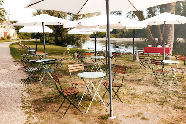 프랑스 루 아르 강 근처 카페의 우산 아래 테이블과 의자.