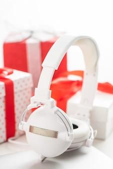 タブレットとヘッドフォンの最高のクリスマスプレゼント。クリスマスの買い物のアイデア