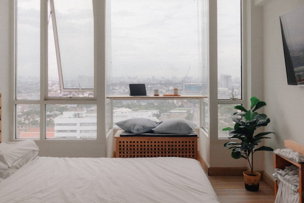 自宅から仕事のアパートの部屋のコンセプトでタブレットとスナック