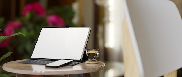 Макет пустого экрана планшета с волшебной клавиатурой смартфона кофе на столике 3d-рендеринга