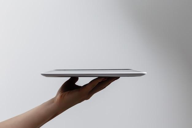 Планшетный компьютер, изолированные в руке на белом фоне.