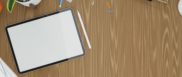 タブレットの空の画面は、木製のテーブルのディスプレイと作業スペースの装飾用のコピースペースでモックアップします