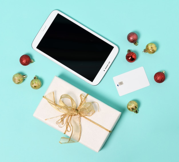 Планшет, подарок, кредитная карта и рождественские шары на монетном дворе