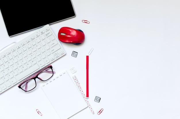 Планшетные наушники ноутбук школьные принадлежности на белом фоне