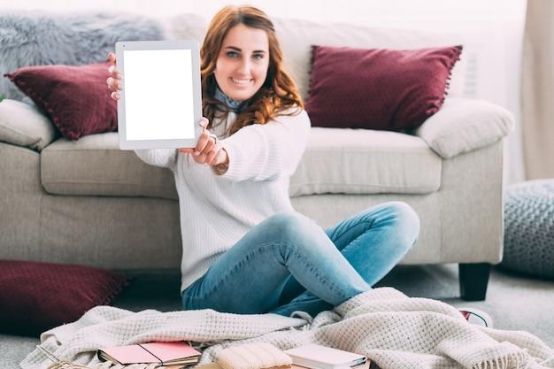 女性の手でタブレット。ブログソーシャルメディアオンラインビジネス。空の画面のモックアップ