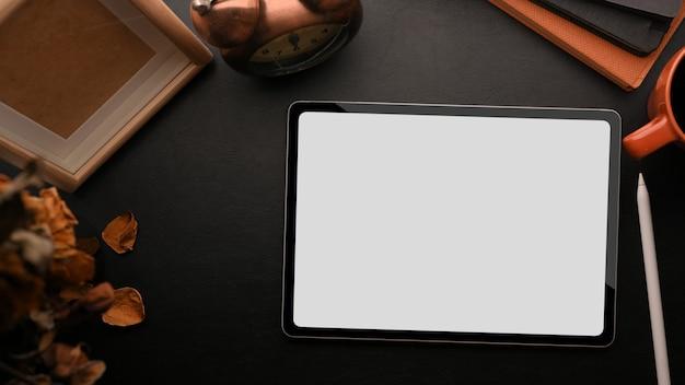 검은 배경에 태블릿 모형 빈 나무 프레임 모형 마른 꽃 빈티지 알람 시계