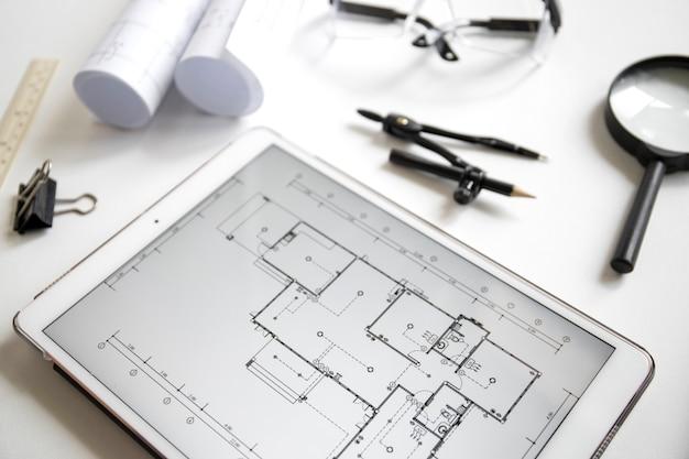 Tablet vicino a forniture di disegno