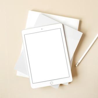 Планшетная панель с пустым экраном на бежевом