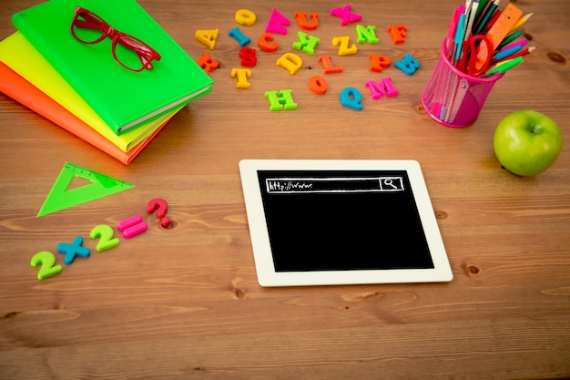 수업 시간에 나무 책상에 태블릿 pc와 학교 용품. 교육 개념입니다. 평면도