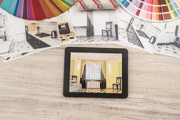 완성 된 방에 침실 계획을 보여주는 태블릿. 현대 아파트. 기술 도면. 홈 인테리어 디자인, 스케치