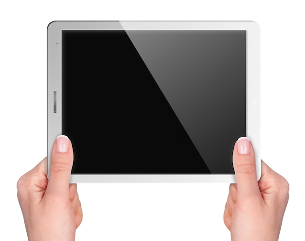 白い背景の手に空白の画面を持つタブレット