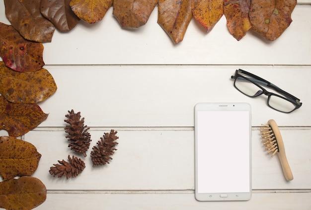あなたのテキストや画像、櫛、木製の背景に眼鏡のための空の画面でタブレット。上面図