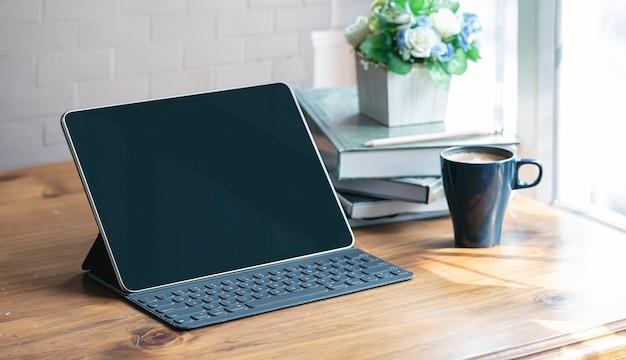 木製のテーブルにキーボードを搭載したタブレットします。