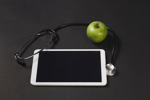 聴診器や青リンゴとタブレット