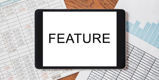 문서, 보고서 및 그래프가있는 데스크탑에 텍스트 기능이있는 태블릿