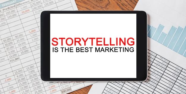 텍스트가 포함된 태블릿 스토리텔링은 문서, 보고서 및 그래프가 포함된 데스크탑 최고의 마케팅입니다. 비즈니스 및 금융 개념