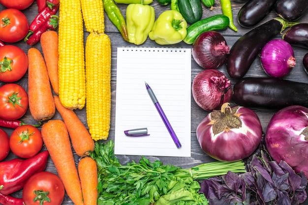 さまざまな新鮮な果物や野菜を色別に並べた卓上配置