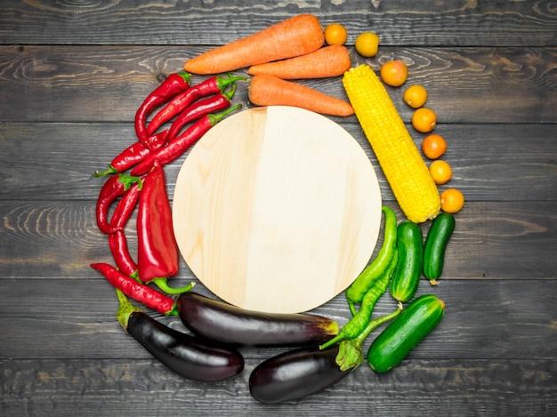 色でソートされたさまざまな新鮮な果物や野菜の卓上配置