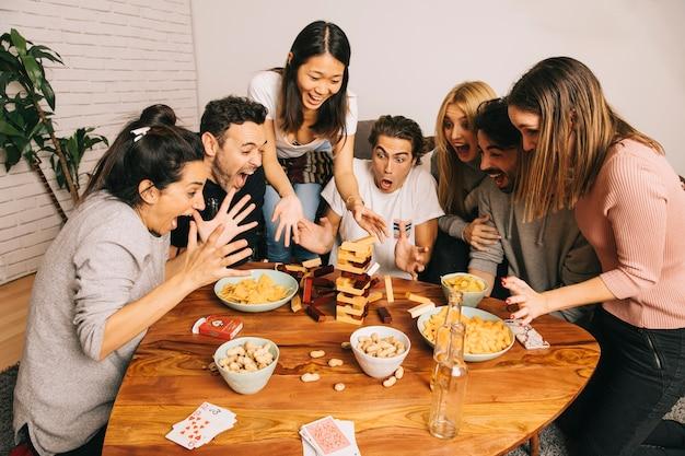 Настольная концепция игры с группой кричащих друзей