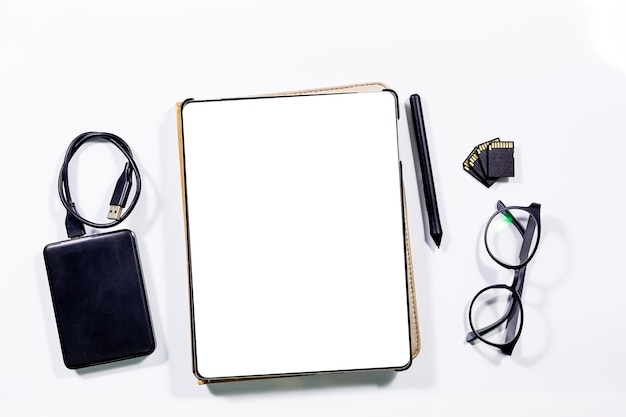 태블릿과 봉투가 책상 위에 있습니다.