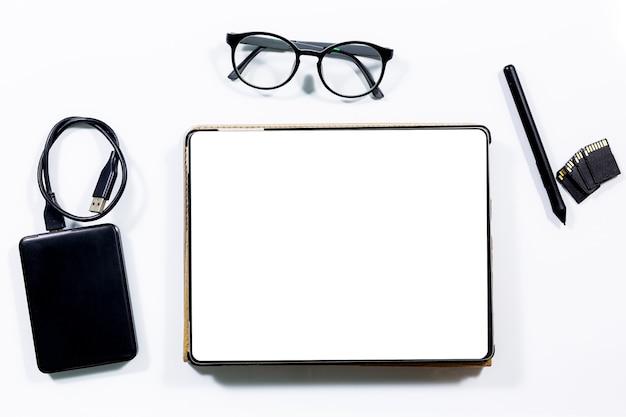 タブレットと封筒は机の上にあります