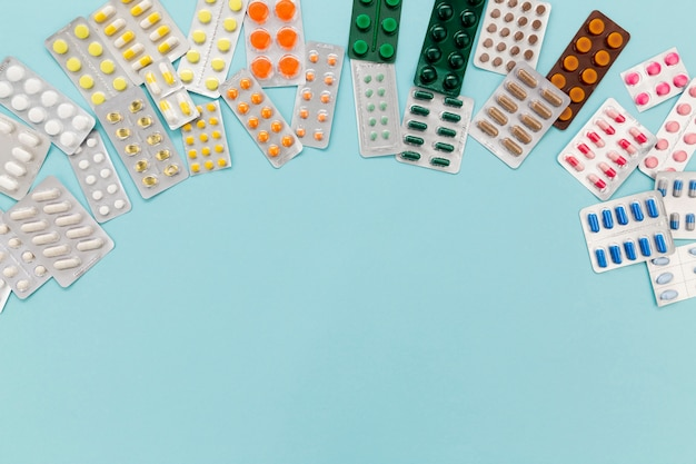 Таблетки таблетки на столе