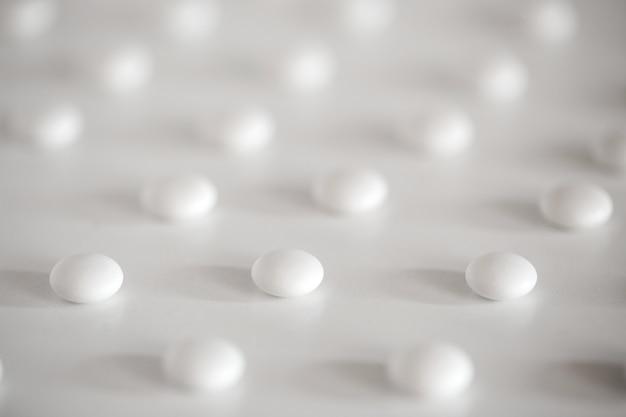 Таблетки таблетки медицинские на белом фоне.